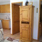 Depuis salon vers cuisine, placard et couloir